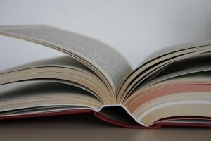 Lesungen - aufgeschlagenes Buch mit buntem Schnitt