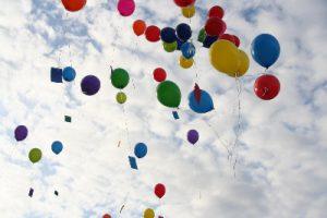 bunte Luftballons fliegen spielerisch und darin passend zum Sprachspiel von Carla Capellmann