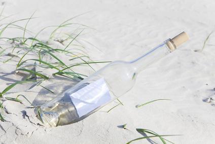 Monatsgedicht im September - Lyrische Flaschenpost - Foto Flasche in weißem Dünensand