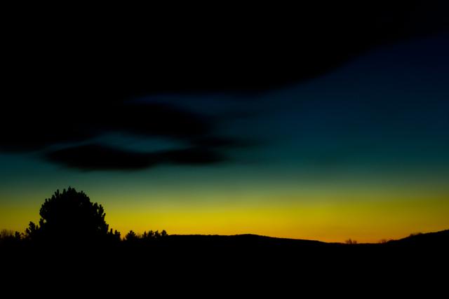Sophie Paulchen setzt bei den Monatsgedichten die Metapher Fenster zum Hof |Thema+Foto Das Licht in der Landschaft - Morgengrauen mit erstem Lichtstreif