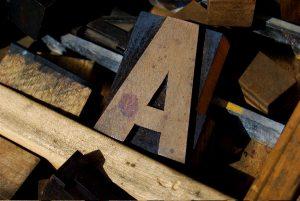 Holzdruckstock-Buchstaben als Sinnbild für Sprachspielereien