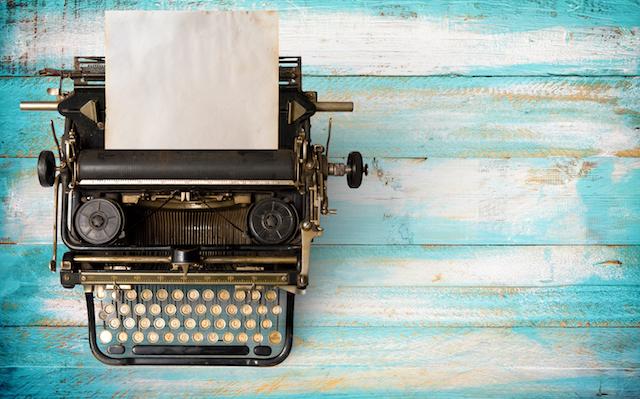 Federwelt Schreibimpuls Wortkunst Unternehmen Lyrik - Foto Alte Schreibmaschine auf türkis verblichenen Planken | c jakkapan depositphotos_181861116