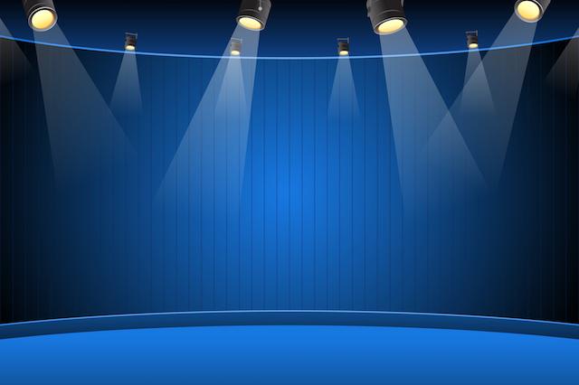 lyrische Rede als Inszenierung der Woerter -Foto mit leerer Buehne in Blau mit Scheinwerfern
