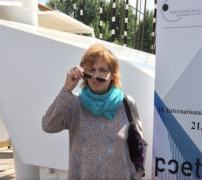 Magret Peper, Foto vor der Universität